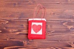 Bei cuori del biglietto di S. Valentino sul bordo con spazio per testo Immagini Stock
