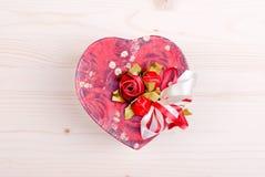 Bei cuori del biglietto di S. Valentino sul bordo con spazio per testo Immagini Stock Libere da Diritti