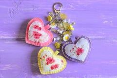 Bei cuori ed anello portachiavi dei fiori Feltro fatto a mano ed incanto dell'anello portachiavi o della borsa del tessuto isolat Fotografie Stock
