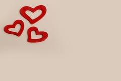 Bei cuori rossi di legno d'annata di amore per le nozze o i biglietti di S. Valentino Immagini Stock Libere da Diritti