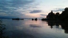 Bei der Fischerei am See lizenzfreie stockbilder