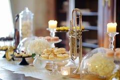 Bei dessert, dolci e tavola della caramella Fotografia Stock