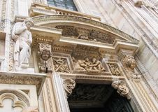 Bei dettagli, bassorilievi e sculture architettonici dell'entrata a Milan Cathedral Duomo di Milano L'Italia fotografia stock libera da diritti