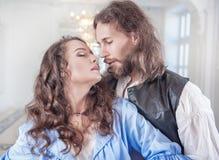 Bei donna ed uomo appassionati delle coppie in vestiti medievali Immagine Stock