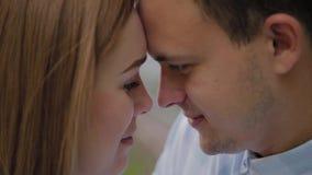 Bei e fronti felici degli uomini e delle donne degli amanti nel parco video d archivio
