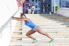 Bei esercizio della donna di sport ed addestramento africani, stile di vita sano Fotografie Stock