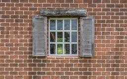 Bei finestra e muro di mattoni con il percorso di ritaglio Fotografia Stock Libera da Diritti
