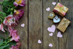 Bei fiori, anello e regali rosa del giglio Fondo festivo per il compleanno, giorno del ` s della madre, giorno del ` s del biglie Fotografie Stock