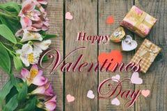 Bei fiori, anello e regali rosa del giglio Fondo festivo per la cartolina d'auguri di concetto di giorno del ` s del biglietto di Fotografia Stock Libera da Diritti