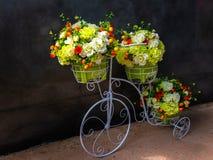 Bei fiori artificiali e triciclo artificiale fotografie stock libere da diritti