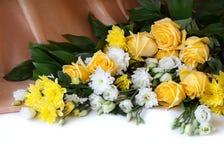 Bei fiori con fondo bianco per testo Fotografia Stock Libera da Diritti
