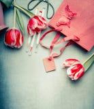 Bei fiori dei tulipani, indicatori e sacchetto della spesa di carta, vista superiore, spazio della copia Saluto astratto Immagini Stock