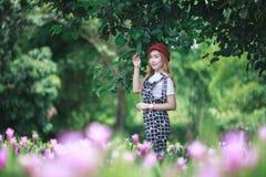 Bei fiori del mazzo della tenuta della ragazza Ritratto nel giacimento della natura Immagine Stock