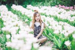 Bei fiori del mazzo della tenuta della ragazza Ritratto nel giacimento della natura Immagini Stock Libere da Diritti