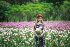 Bei fiori del mazzo della tenuta della ragazza Ritratto nel giacimento della natura Fotografia Stock
