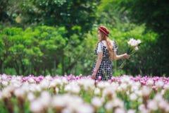 Bei fiori del mazzo della tenuta della ragazza Ritratto nel giacimento della natura Fotografie Stock