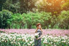 Bei fiori del mazzo della tenuta della ragazza Ritratto nel giacimento della natura Fotografia Stock Libera da Diritti
