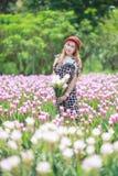 Bei fiori del mazzo della tenuta della ragazza Ritratto nel giacimento della natura Fotografie Stock Libere da Diritti