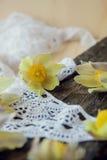 Bei fiori 8 marzo carta del giorno delle donne Bucaneve del mazzo su fondo di legno Fotografie Stock