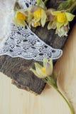 Bei fiori 8 marzo carta del giorno delle donne Bucaneve del mazzo su fondo di legno Immagine Stock