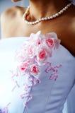 Bei fiori sul vestito dalla sposa Fotografie Stock