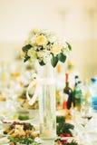 Bei fiori sulla tavola nel giorno delle nozze Immagini Stock