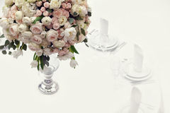 Bei fiori sulla tavola nel giorno delle nozze Fondo di lusso di festa Immagini Stock Libere da Diritti