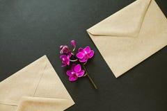 Bei fiori in una busta postale immagine stock