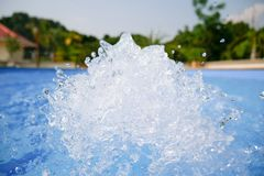 Bei fondo dell'acqua blu della piscina, stazione termale e dettaglio dell'acqua della Jacuzzi con le bolle fotografia stock libera da diritti