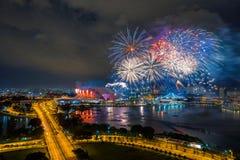 Bei fuochi d'artificio di festa nazionale di Singapore allo stadio nazionale Immagine Stock