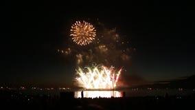 Bei fuochi d'artificio durante la notte di estate della superficie dell'oceano video d archivio