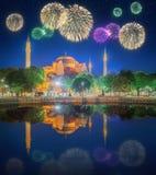 Bei fuochi d'artificio e paesaggio urbano di Costantinopoli Fotografie Stock Libere da Diritti