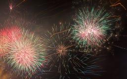 Bei fuochi d'artificio nel fondo del cielo notturno Fotografie Stock