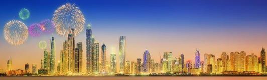 Bei fuochi d'artificio nel porticciolo del Dubai I UAE Immagini Stock Libere da Diritti