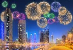 Bei fuochi d'artificio nel porticciolo del Dubai I UAE Immagine Stock