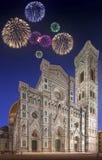 Bei fuochi d'artificio sotto la cattedrale con la torre Firenze Fotografie Stock Libere da Diritti