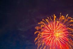 Bei fuochi d'artificio variopinti sul cielo Immagine Stock Libera da Diritti