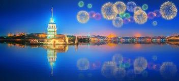 Bei fuochi d'artificio vicino alla torre nubile Costantinopoli Fotografia Stock