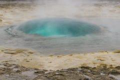 Bei geyser circa da esplodere Fotografia del paesaggio di stordimento Islanda Viaggiando dai fiordi ghiacciati alle montagne nevo Fotografie Stock