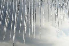 Bei ghiaccioli su un fondo delle nuvole Fotografie Stock Libere da Diritti