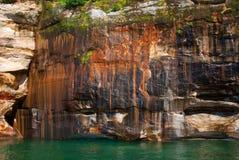 Bei giacimenti minerari sull'arenaria delle rocce, roccia rappresentata Fotografia Stock
