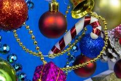 Bei giocattoli di natale e del nuovo anno su fondo blu immagini stock libere da diritti