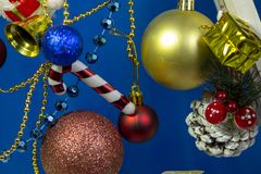 Bei giocattoli di natale e del nuovo anno su fondo blu fotografia stock libera da diritti