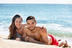 Bei giovani amanti che prendono il sole Fotografia Stock Libera da Diritti