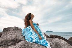 Bei giovani coperti di donna generale sulla spiaggia Immagini Stock