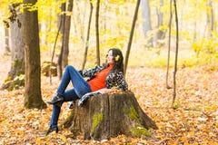 bei giovani della donna della sosta di autunno fotografie stock libere da diritti