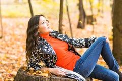 bei giovani della donna della sosta di autunno fotografia stock
