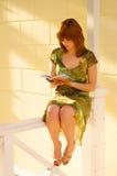 bei giovani della lettura della ragazza del libro Fotografia Stock