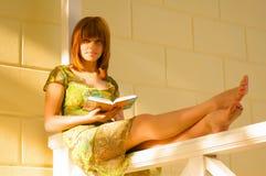 bei giovani della lettura della ragazza del libro Immagine Stock
