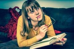 bei giovani della lettura della ragazza del libro Immagini Stock Libere da Diritti